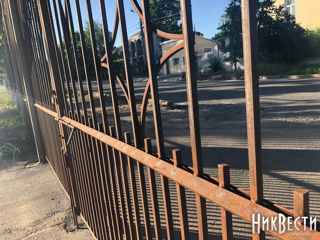 Николаевское гороно отдало 1,5 миллиона за новый забор вокруг школы в Матвеевке — через полгода ограждение проржавело