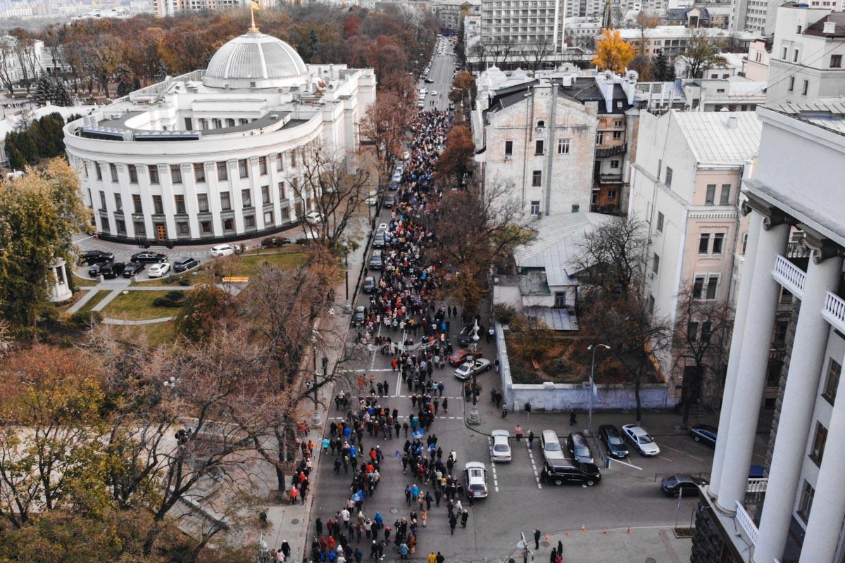 В Киеве тысячи педагоги пришли под здание Рады с требованием сохранения надбавок