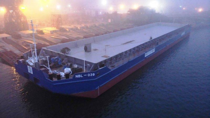 Завод «Нибулон» спустил на воду первую новую баржу для перевозки контейнеров