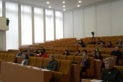 У Стадника перед полупустым залом с чиновниками рассказывают о стратегии развития Николаевской области