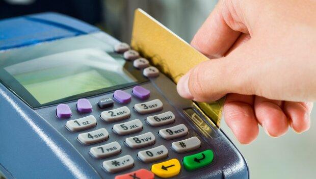 Только до 500 грн: ПриватБанк изменил правила снятия денег с карт