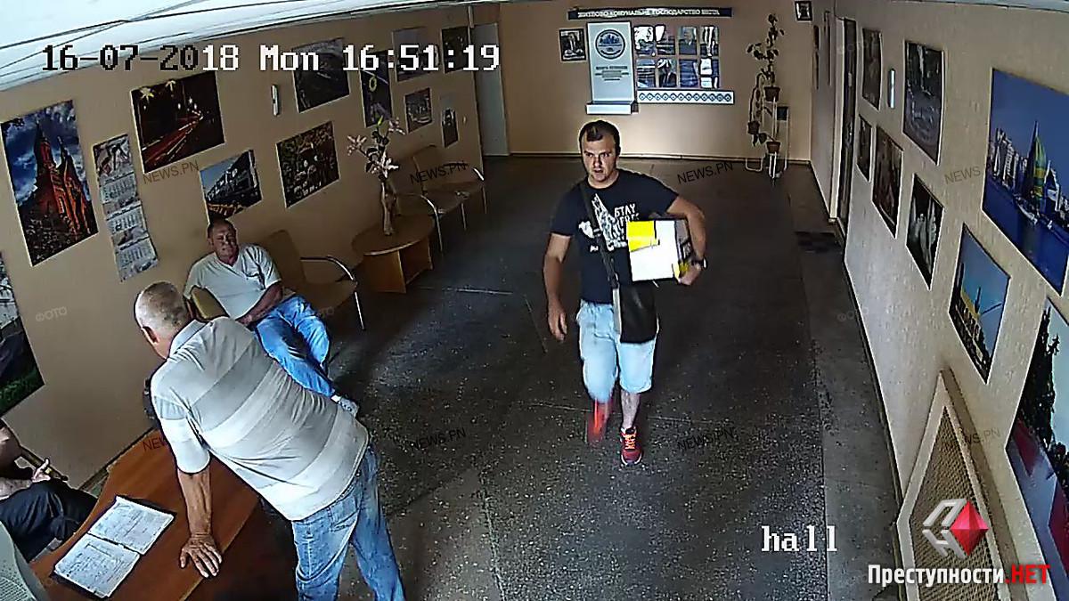 Появились фото мужчин, которые вместе с Репиным удерживали сотрудницу департамента ЖКХ для подписания договоров с управляющей компанией