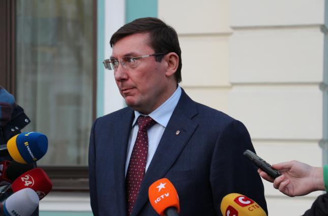 Суд обязал НАБУ открыть дело против Луценко по подозрению во взяточничестве