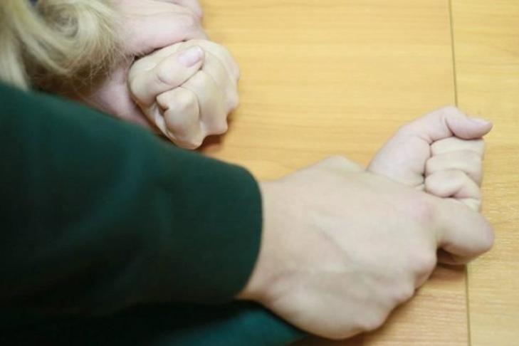 В Николаеве 17-летняя девушка призналась, что с 9 лет ее развращал отец