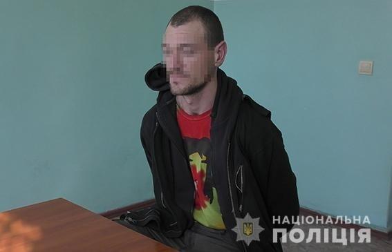 На Центральном рынке Николаева вооруженный рецидивист требовал у прохожих деньги