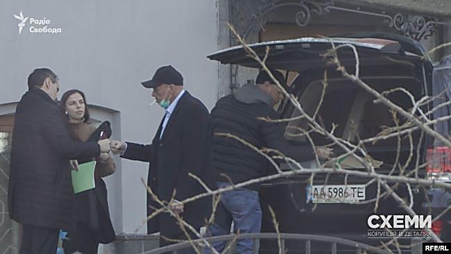 Журналисты зафиксировали, как из Минздрава вывозят китайские тесты на коронавирус на частных автомобилях