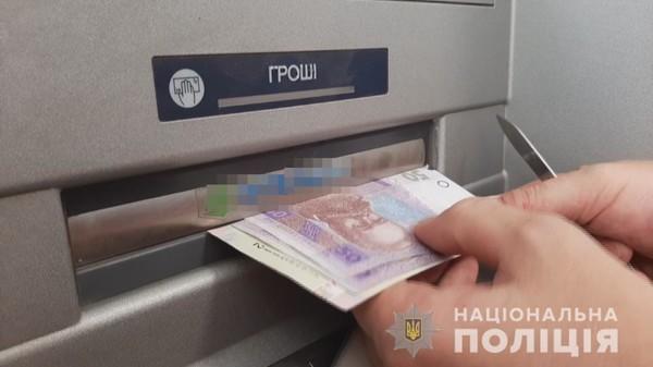 В Одессе воры обчищали банкоматы липкой лентой