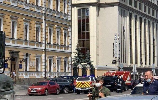 В Киеве неизвестный с бомбой в рюкзаке захватил отделение банка и удерживал заложника