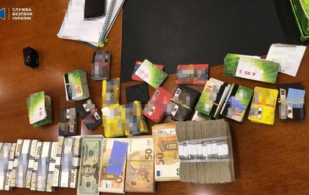СБУ нашла пачки денег в холодильнике у менеджера Укрзализныци