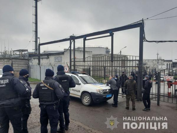 Под Николаевом неизвестные захватили часть нефтебазы