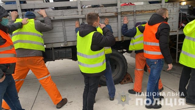 В херсонском аэропорту полицейские «на горячем» разоблачили группу воров-грузчиков