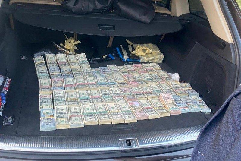 Начальника смены таможенного поста на Волыни задержали с $700 тыс. в багажнике