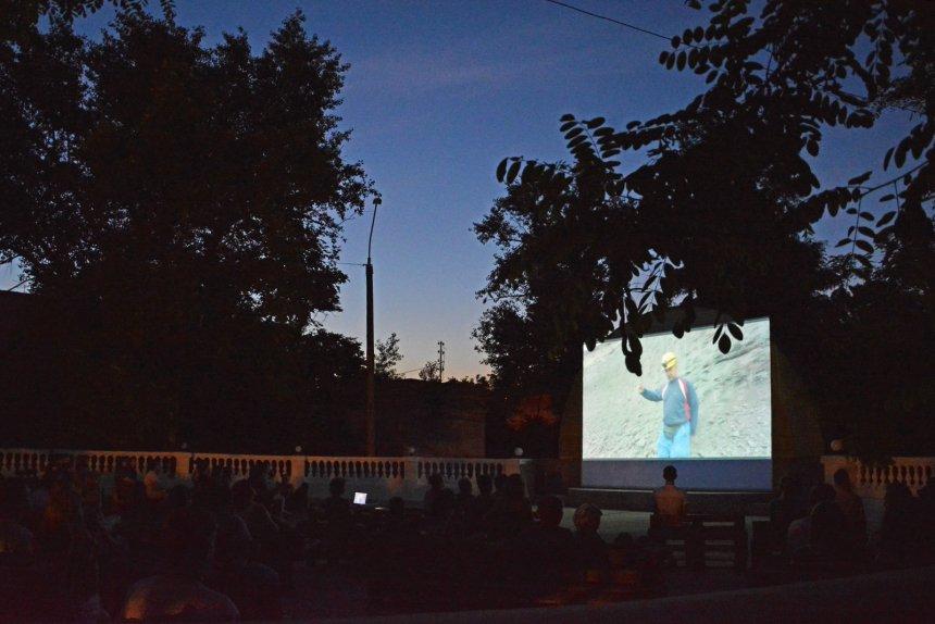 В доме офицеров флота николаевцы теперь могут смотреть кино под открытым небом