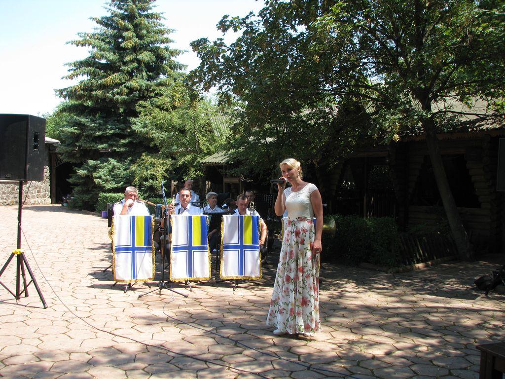 День ВМС у зоні проведення ООС: артисти з Миколаєва привітали військових