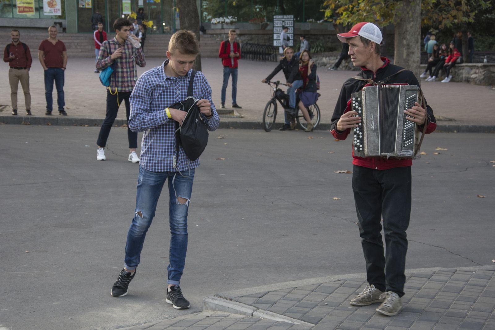 Миколаївці здивували перехожих на Соборній під час «замороженого» флешмобу