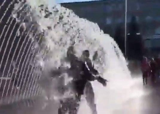 В фонтанах на Серой площади начали купаться