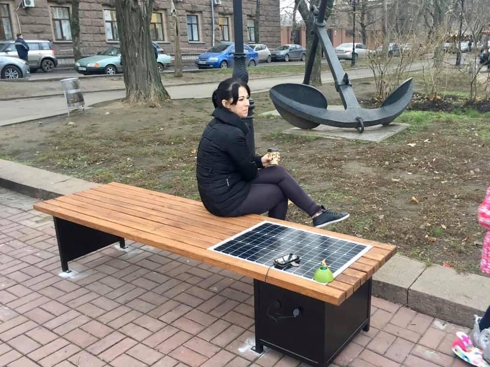 В центре Николаева установили лавочки с солнечными панелями