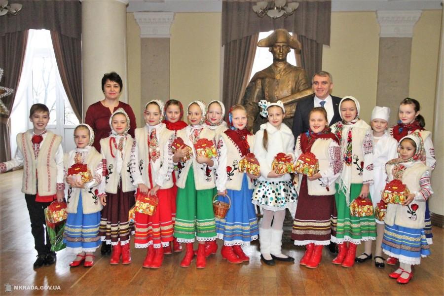 Фольклорний колектив «Барвінок» завітав з колядками до міської ради