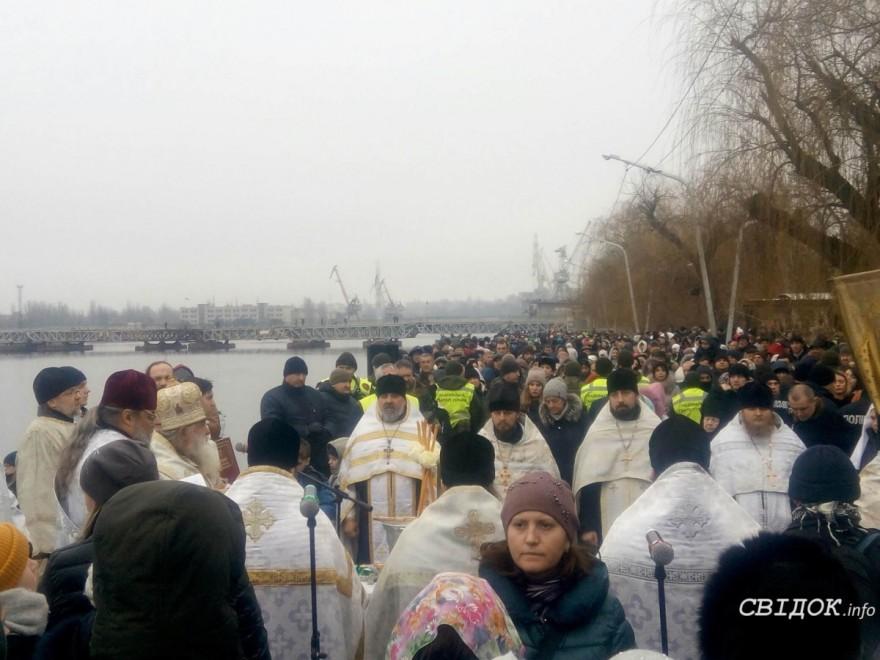 Без мороза и под присмотром спасателей: в Николаеве на Крещение прошел крестный ход и купания