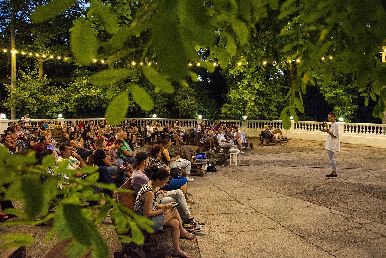 «Окунуться в творческое лето»: в Николаеве показали первый фильм в ДОФе