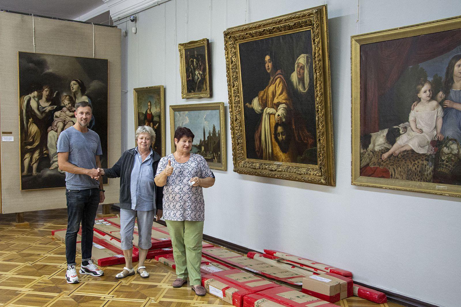 Плюс полсотни экспонатов: николаевскому музею передали витрины для экспонирования фарфора