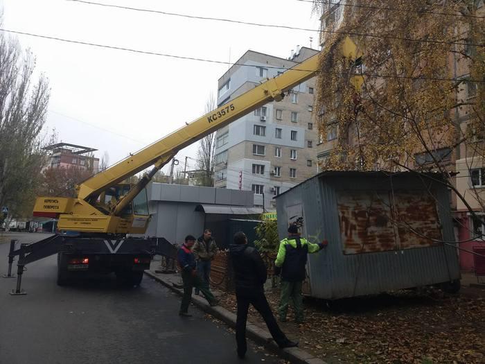 На Театральной демонтируют нелегальные МАФы (ФОТО)