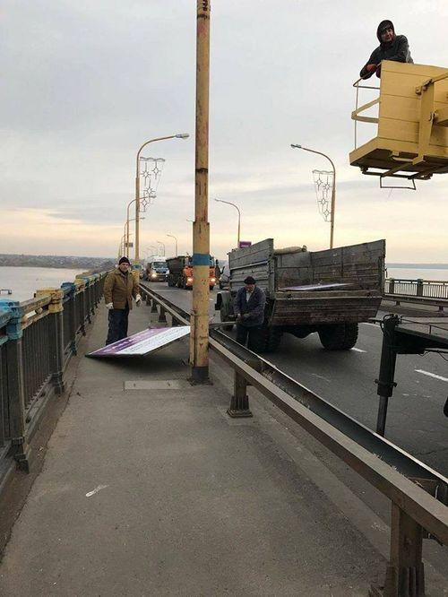 В Миколаєві на Варварівському мосту знімають рекламні щити