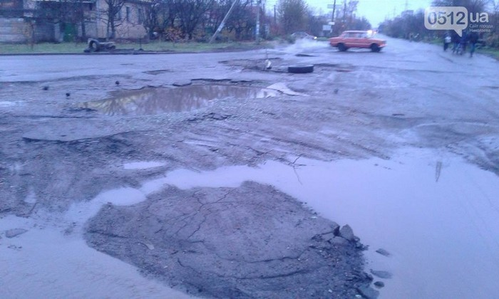 Зерновозы разбили дорогу по ул. Железнодорожной: коммунальщики и полиция бездействуют
