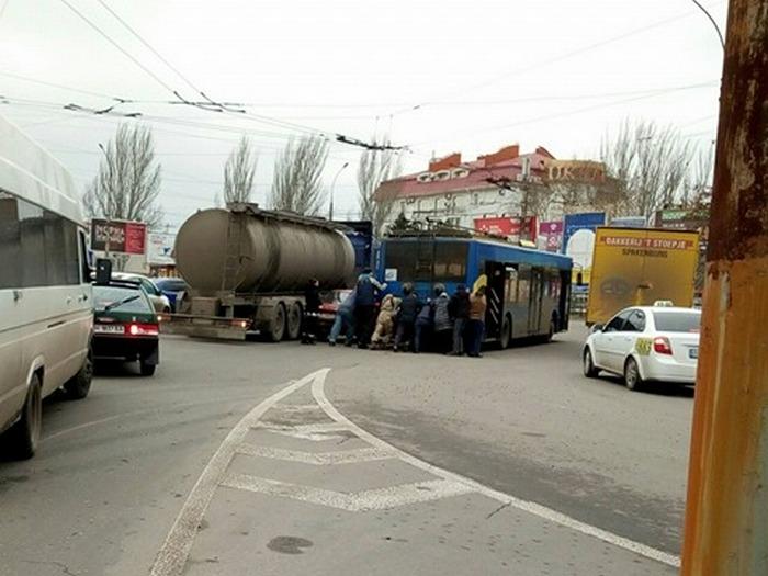 В Николаеве люди толкали троллейбус, что бы освободить дорогу