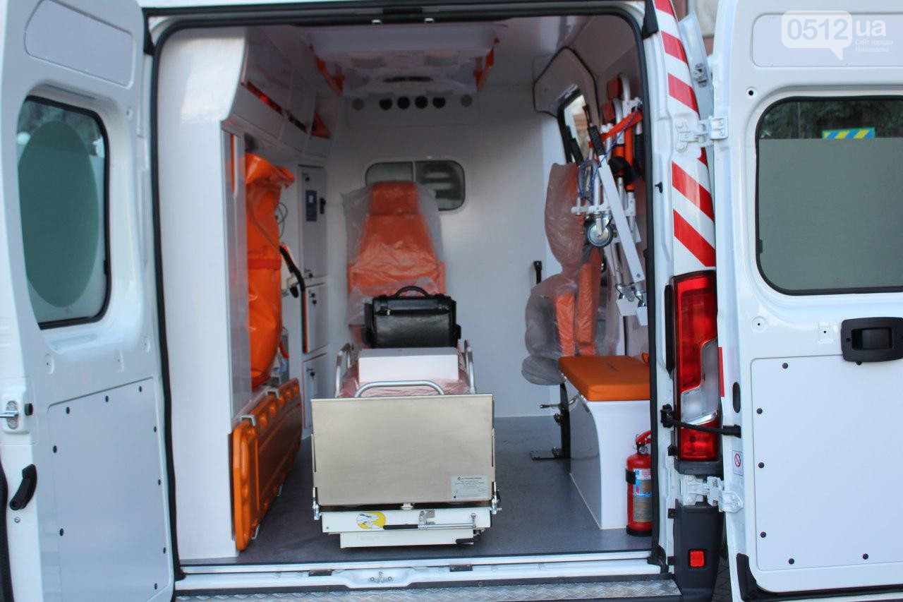 Больнице экстренной помощи передали 2 реанимобиля