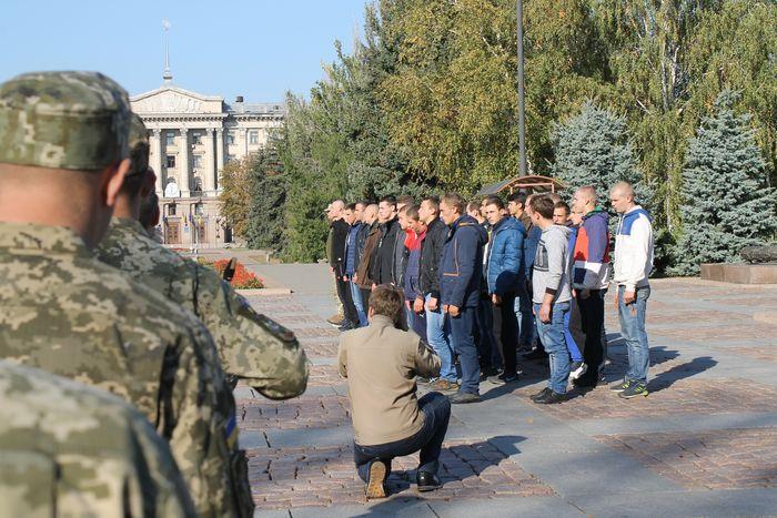 В Николаеве торжественно отправили 40 парней на срочную службу