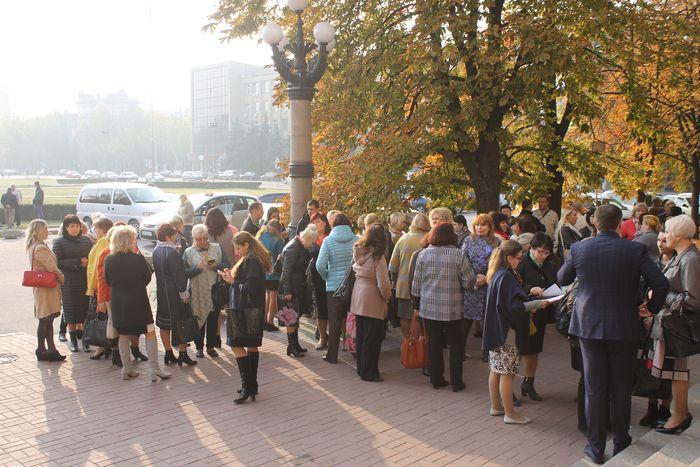 У горсовета собралась толпа в поддержку Деркач
