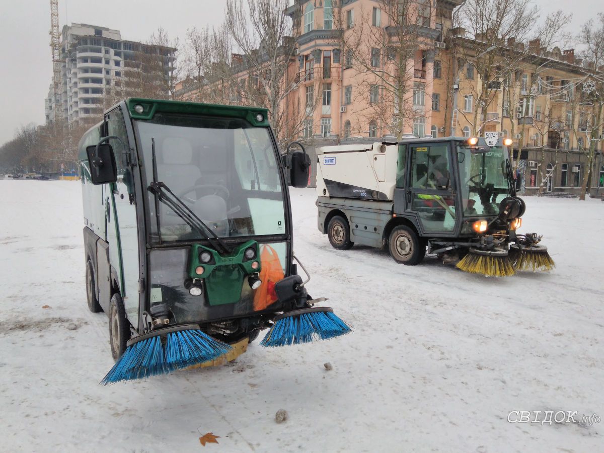 Мини-уборочные машины очищают главную улицу и площадь города