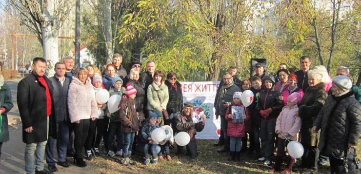 В Николаеве на территории больницы высадили «райские деревья»