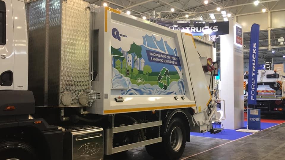 В Николаеве презентуют современные мусоровозы, способные сразу мыть контейнеры