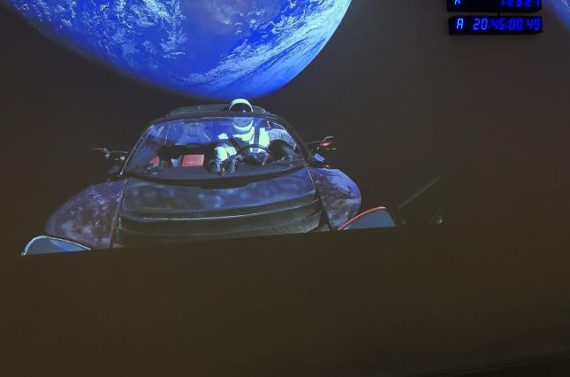 Маск показал видео со своей Tesla на орбите Земли, видео