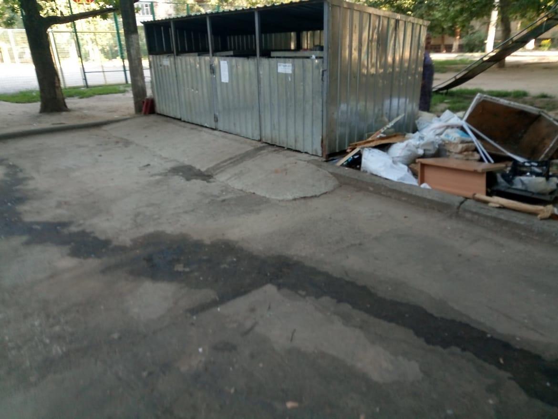 Возчик ТБО в Корабельном районе списал грязь и вонючие потеки возле мусорных контейнеров на большую задолженность