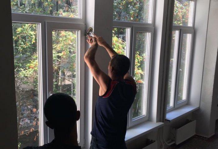 В школах Южноукраинска пилили и демонтировали окна, установленные фирмой депутата горсовета