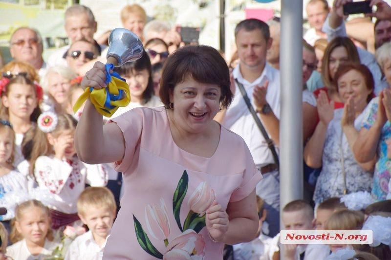 С Королевой осени и Свинкой Пеппой — николаевская школа № 22 приняла в семью 167 первоклассников (ВИДЕО)