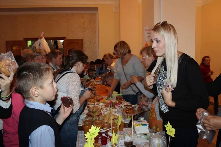 Майже 11 000 грн зібрали на благодійній ярмарці в школі Корабельного району для лікування хворої першокласниці