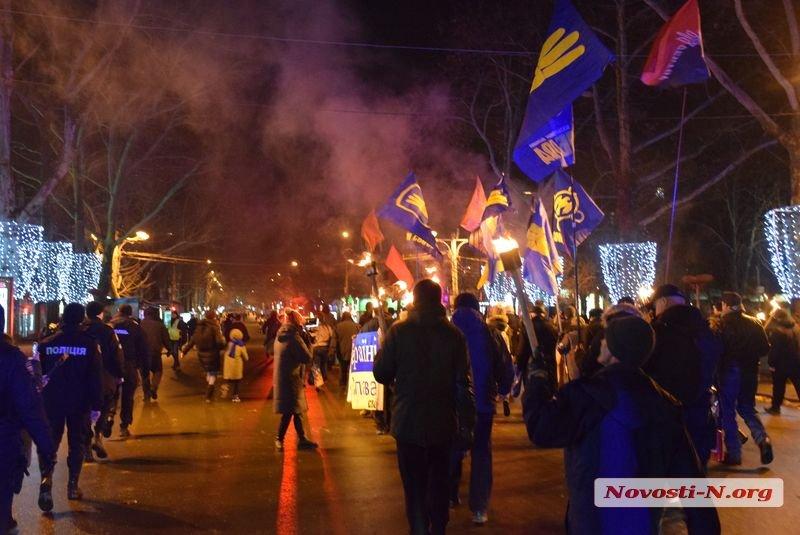 В Николаеве националисты прошлись колонной с факелами в память о бое под Крутами