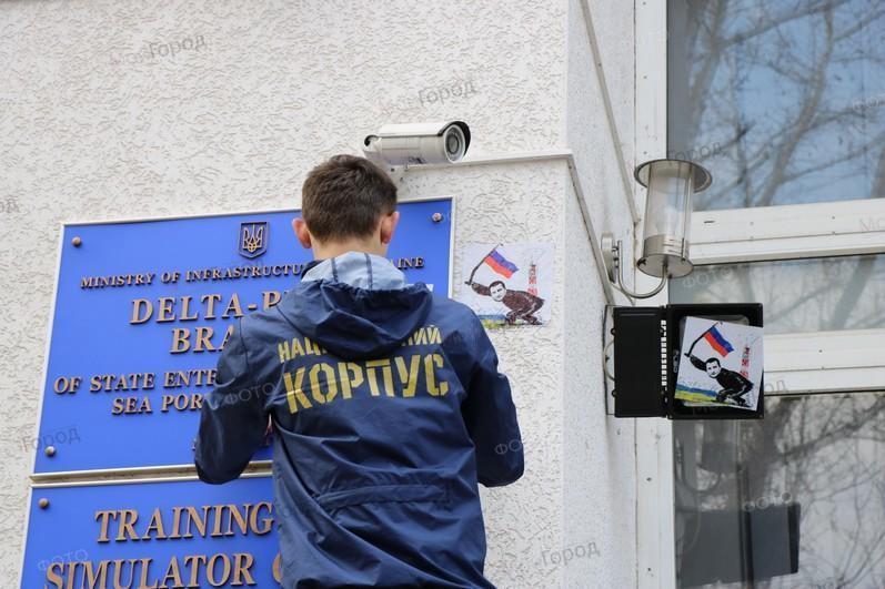 «Греби отсюда»: активисты «Нацкорпуса» напомнили директору «Дельта-лоцмана» о нарушениях