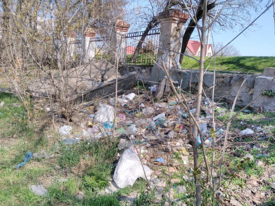 В Николаеве жители возмущены кучами мусора в парке «Богоявленский»
