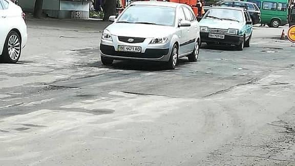Николаевец показал, как подрядчики залатали ямы на дорогах по 3-й Слободской