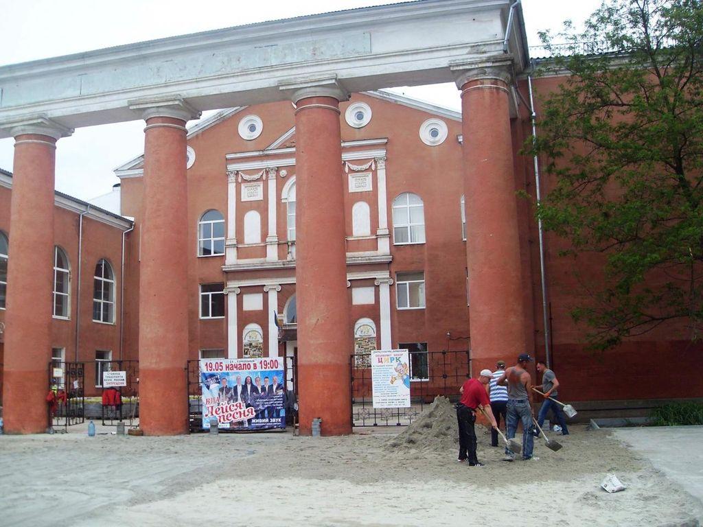 Перед Палацом культури «Корабельний» ведуться ремонтні роботи, якість яких особливо надійна