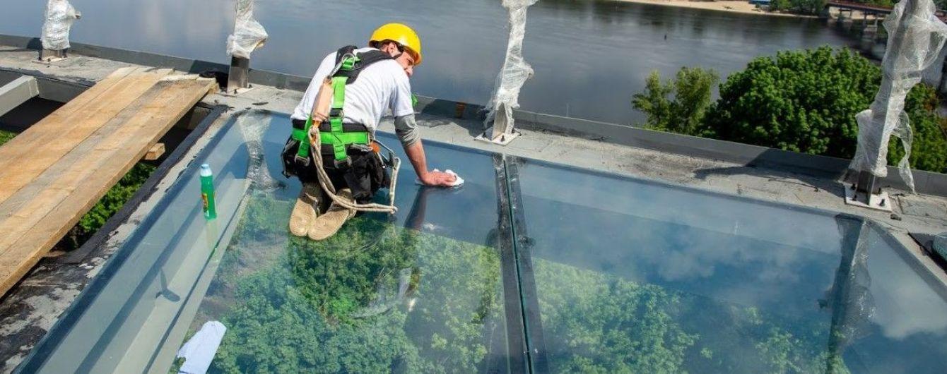 В столице Украины завершают работы по строительству стеклянного моста