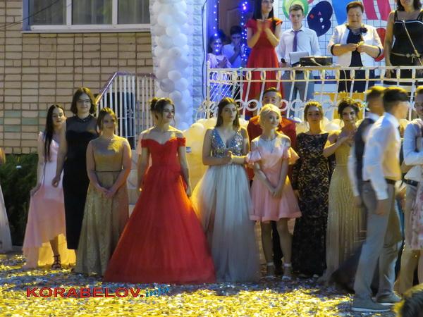 Гімназія в Корабельному районі випустила ще 61 учня, з них семеро - медалісти