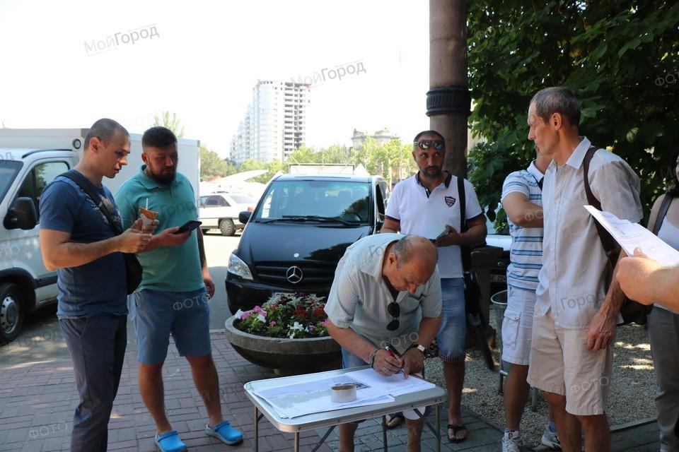 В Николаеве под горсоветом прошел сбор подписей против реконструкции Соборной площади