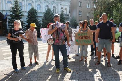 Николаевцы пикетировали под прокуратурой из-за незаконной застройки и вырубки деревьев в сквере возле самолета