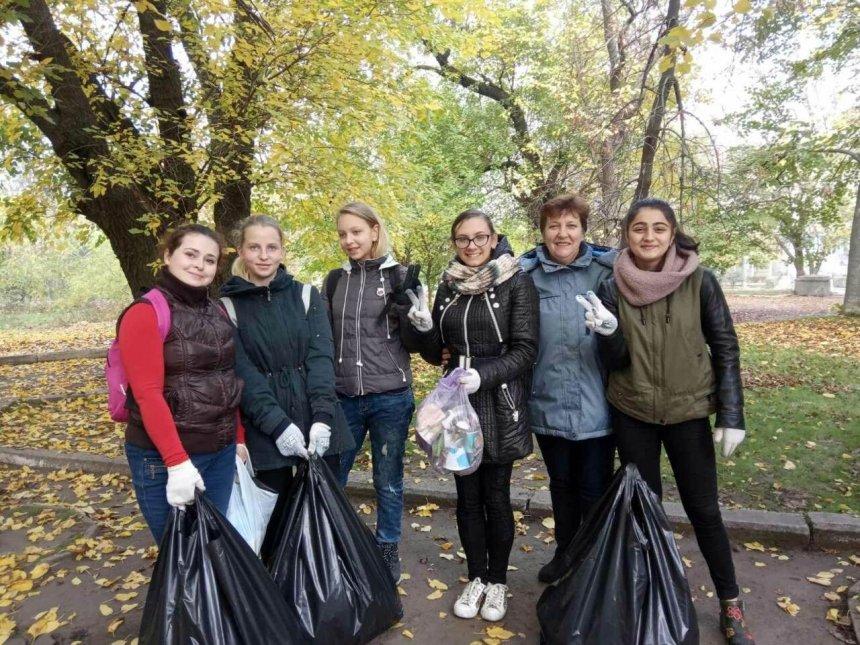 В Николаеве школьники в парке убрали мусор